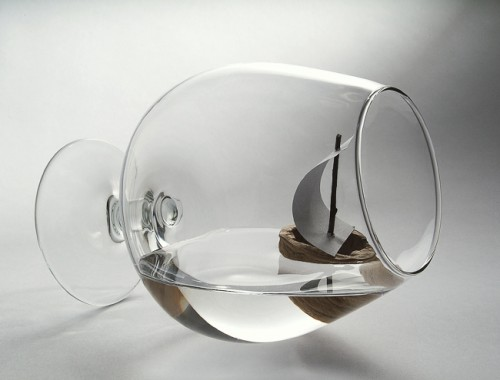 лодка в чаша вода - източник: интернет