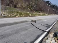 огромни парчета асфалт са буквално отлепени и пренесени отсреща